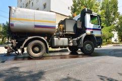 Spezieller LKW für die Straßenasphaltpflasterung Stockbild