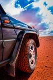 Spezieller Reifen durch zur Wüste in einem Allradfahrzeug stockbilder