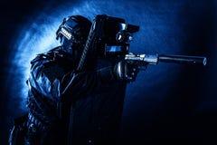 Spezieller Teamkämpfer der Polizei mit Pistole und Schild lizenzfreie stockfotos
