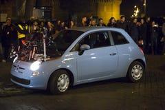 Spezielles Auto 007 Erscheinung (Craig u. Bellucci 2015) auf dem Satz Schöne alte Fenster in Rom (Italien) Stockfotos