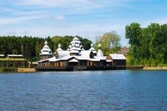 Spezielles Gebäude auf Ufer lizenzfreie stockbilder