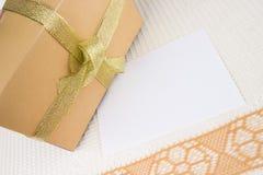 Spezielles Geschenk mit dem unbelegten Papier lizenzfreies stockbild