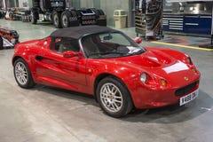 Spezielles rotes konvertierbares Auto Lizenzfreie Stockfotografie