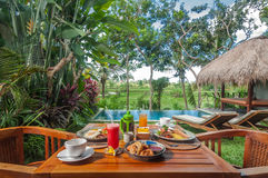 Spezielles Westfrühstücksmenü stellte auf dem Tisch im Freien im Gartenbereich ein Lizenzfreies Stockbild