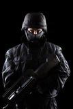 Spezifikt.-ops Soldat auf schwarzem Hintergrund Lizenzfreie Stockfotografie
