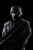 Spezifikt.-ops Soldat auf schwarzem Hintergrund Stockfotos