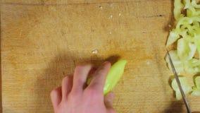 Spezzettamento dei peperoni a pezzi per cucinare archivi video