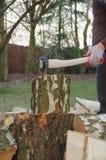 Spezzettamento del legno a pezzi con l'ascia fotografie stock