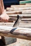 Spezzettamento del legno a pezzi del fuoco con l'ascia Fotografia Stock Libera da Diritti