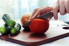 Spezzettamento del pomodoro a pezzi Immagine Stock
