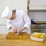 Spezzettamento dell'aglio a pezzi Fotografia Stock Libera da Diritti
