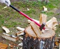Spezzettamento della legna da ardere a pezzi Fotografia Stock Libera da Diritti