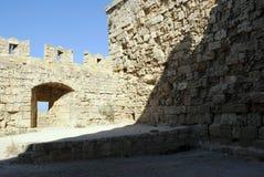 Spezzetti la parete medievale forte stagionata del castello sull'isola di Rodi in Grecia Fotografie Stock Libere da Diritti