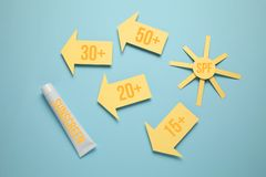 SPF παράγοντα προστασίας ήλιων λοσιόν Sunscreen κρέμα, ηλιακός φραγμός στοκ εικόνες με δικαίωμα ελεύθερης χρήσης