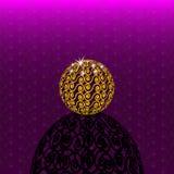 Sphère à jour d'or avec la longue ombre Photos stock