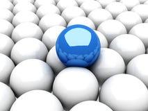 Sphère bleue d'amorce restant hors du groupe blanc Photos libres de droits