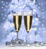 Sphère bleue de Noël, verres de vin Images stock