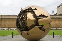 Sphère dans la sphère dans la cour du Pinecone à Vatican Mus Image libre de droits