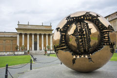 Sphère dans la sphère dans la cour du Pinecone à Vatican Mus Photographie stock libre de droits