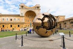 Sphère dans la sphère dans la cour du Pinecone aux musées de Vatican Images stock
