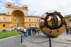 Sphère dans la sphère dans la cour du Pinecone aux musées de Vatican Beaux vieux hublots à Rome (Italie) Photographie stock libre de droits