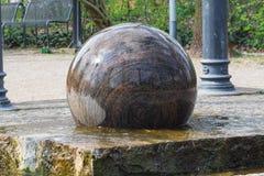 Sphère de flottement de granit comme fontaine Photo stock