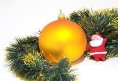 Sphère de Noël d'or Photographie stock libre de droits