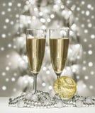Sphère de Noël d'or, verres de vin Photographie stock libre de droits
