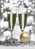 Sphère de Noël d'or, verres de vin Image stock