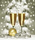 Sphère de Noël d'or, verres de vin Images stock