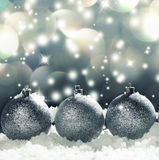 Sphère de Noël sur la neige Images libres de droits