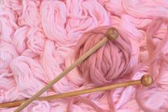 Sphère des laines roses avec des pointeaux Image libre de droits