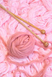 Sphère des laines roses avec des pointeaux Photo stock
