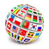 sphère du globe 3d avec des drapeaux du monde sur le blanc Photographie stock libre de droits