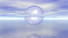 Sphère en verre sur l'eau Photographie stock libre de droits