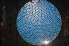 Sphère en verre sur le musée de Dali à Figueres, Espagne Images stock