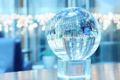 Sphère en verre sur le support Photo libre de droits