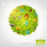 Sphère faite en herbe avec des oeufs de pâques Images stock
