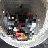 sphère reflétée par disco proche de club vers le haut Photographie stock