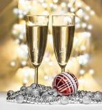 Sphère rouge de Noël, verres de vin Image libre de droits