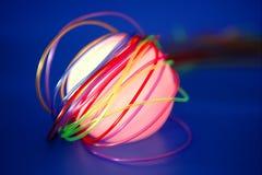 Sphère rougeoyante avec les fils colorés Photos stock