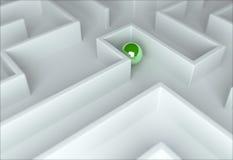 Sphère verte dans un labyrinthe Photo stock