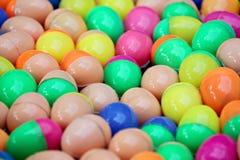 Sphères en plastique colorées. Photographie stock libre de droits