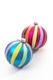 Sphères rayées colorées de Noël sur le fond blanc Images stock