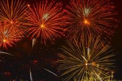 Sphères rougeoyantes d'or lumineuses et étoiles de clignotement, feux d'artifice Fond élégant Nouvelle année, Jour de la Déclarat Images libres de droits
