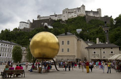 Sphaera av Stephan Balkenhol på Kapitelplatzen, Salzburg, Österrike Royaltyfria Bilder