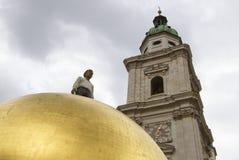 Sphaera av Stephan Balkenhol på Kapitelplatzen, Salzburg, Österrike Royaltyfri Foto