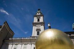 Sphaera, statua di un uomo su un globo dorato sul Kapitelplatz i immagine stock