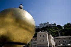 Sphaera, statua di un uomo su un globo dorato sul Kapitelplatz i fotografia stock