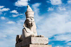 Sphinx über blauem Himmel auf Universitetskaya-Damm Stockfotos
